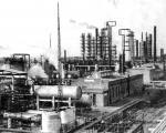 Рязанский нефтеперерабатывающий завод в день выпуска первого бензина, 14 октября I960 года.